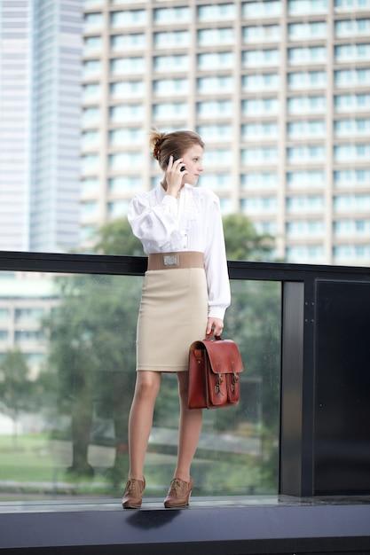 Executiva, falando, para, móvel, em, urbano, meio ambiente Foto Premium