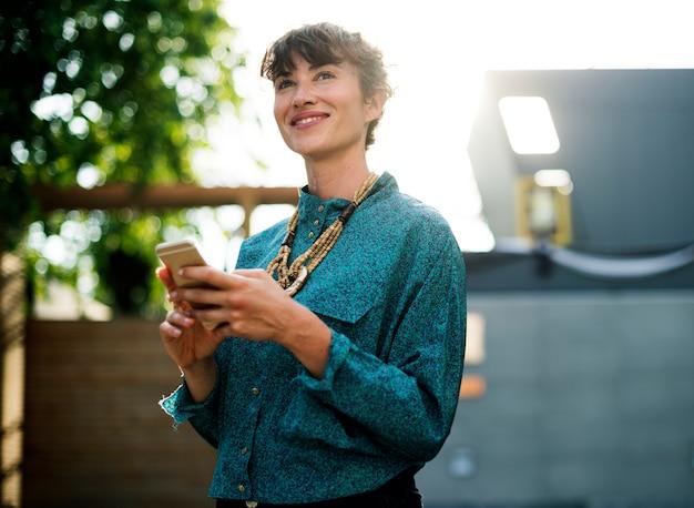 Executiva, ficar, e, usando, telefone móvel Foto gratuita