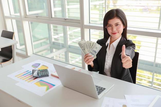 Executiva, mostrando, companhia, sumário, relatório, e, gráfico, com, dinheiro, ligado, mãos Foto Premium