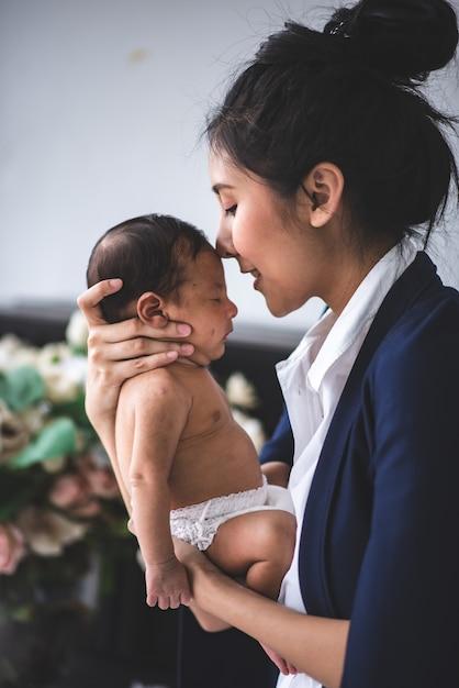 Executiva, trabalhando casa, segurando, menina bebê Foto Premium