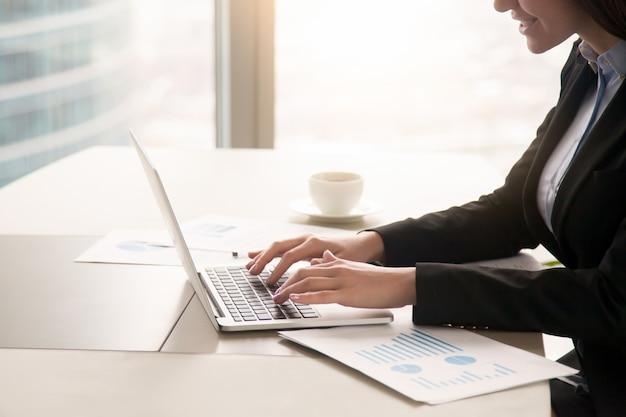 Executiva, trabalhando, com, diagramas, em, escritório, usando computador portátil, cima Foto gratuita