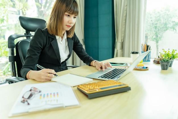 Executiva, trabalhando, em, escritório, com, laptop, e, papel, documentos, escrivaninha Foto Premium