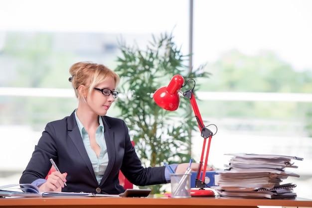 Executiva, trabalhando, escritório Foto Premium