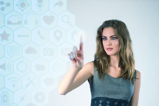 Executiva, trabalhando, modernos, virtual, tecnologias, mãos, tocando, tela Foto gratuita