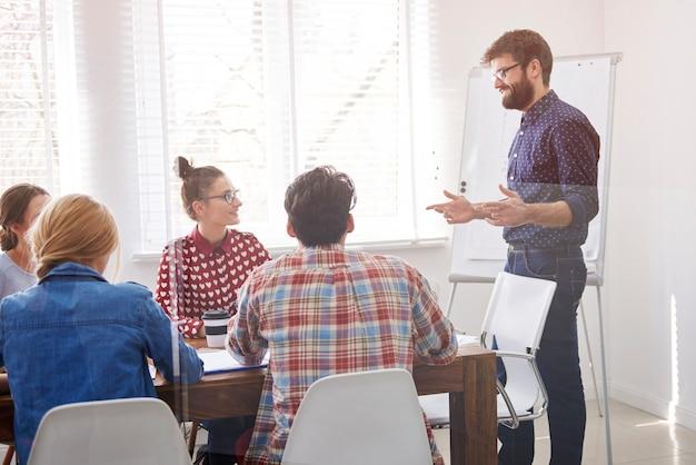Executivo apresentando estratégia de trabalho Foto gratuita