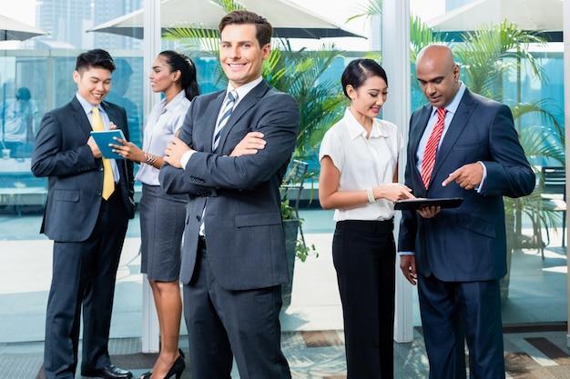 Executivo de negócios na frente de sua equipe Foto Premium