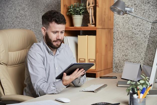 Executivo empresarial com tablet Foto gratuita