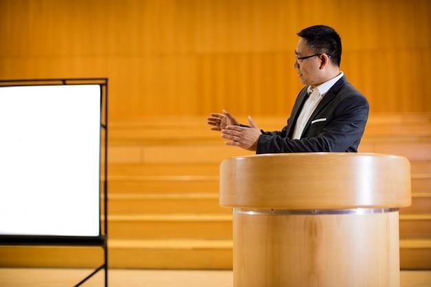 Executivo empresarial masculino, dando um discurso Foto gratuita