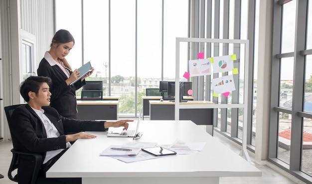 Executivo executivo da empresa, assistente de secretária pessoal jovem, líder de equipe ou gerente sênior, explicando os deveres do trabalho a junior Foto Premium