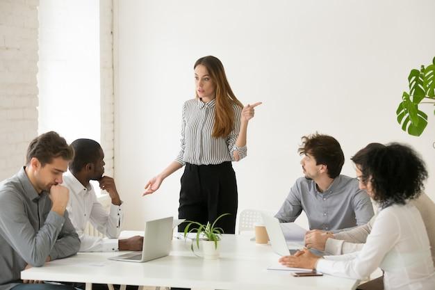 Executivo feminino despedindo empregado africano por mau trabalho ou má conduta Foto gratuita