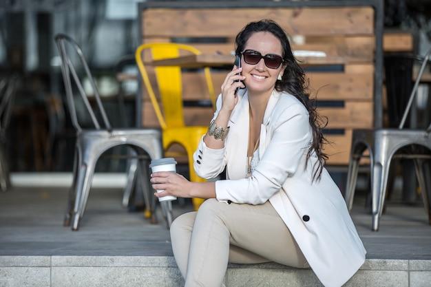 Executivo feminino falando ao telefone Foto Premium