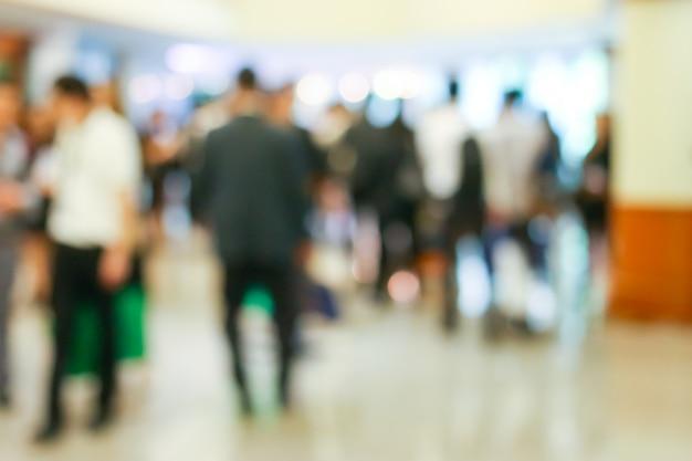 Executivos da atividade que está e que anda no salão de entrada borrado. Foto Premium
