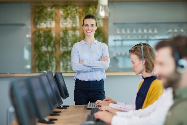 Executivos de atendimento ao cliente trabalhando em call center Foto Premium