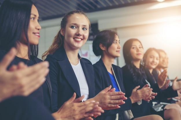 Executivos de negócios aplaudindo em uma reunião de negócios Foto Premium