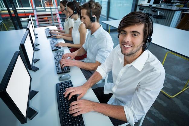 Executivos de negócios com fones de ouvido usando o computador Foto Premium