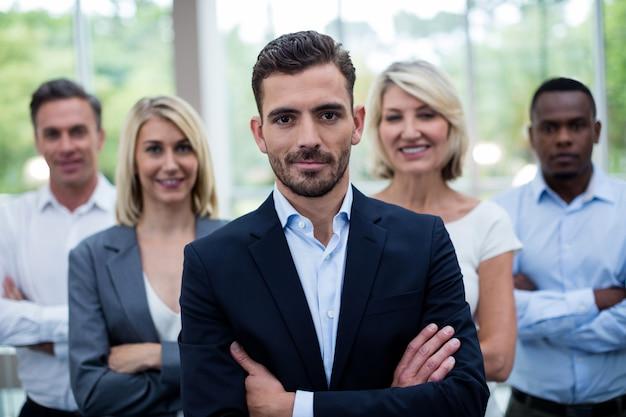 Executivos de negócios com os braços cruzados no centro de conferências |  Foto Premium