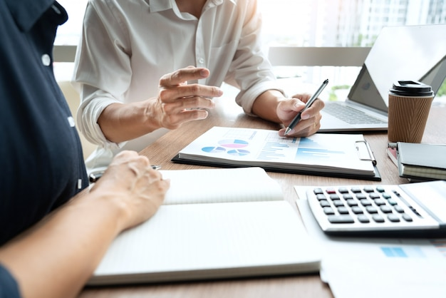 Executivos de negócios, discutindo o trabalho de documento na reunião Foto Premium