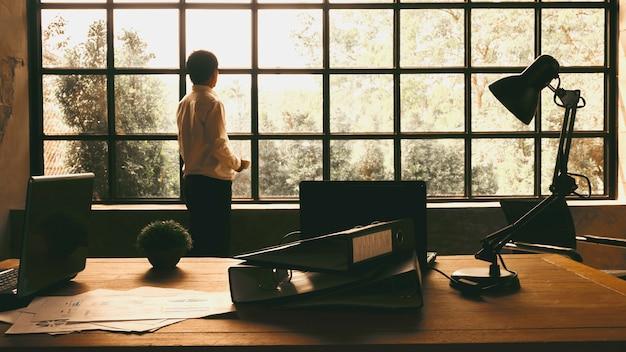 Executivos de negócios ficaram olhando pela janela para encontrar inspiração Foto Premium
