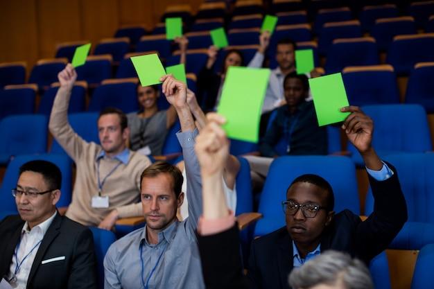 Executivos de negócios mostram sua aprovação levantando as mãos Foto gratuita