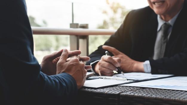 Executivos de negócios que discutem sobre o desempenho das vendas em um local de trabalho ao ar livre moderno. Foto Premium