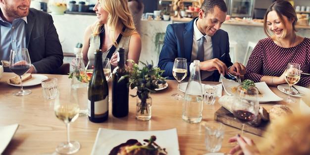 Executivos do conceito do restaurante da reunião do jantar do almoço Foto Premium
