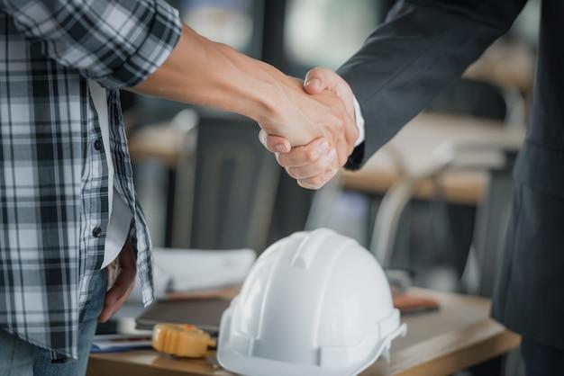 Executivos que agitam as mãos junto acima da mesa. Foto Premium