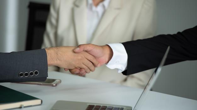 Executivos que agitam as mãos junto na reunião. Foto Premium