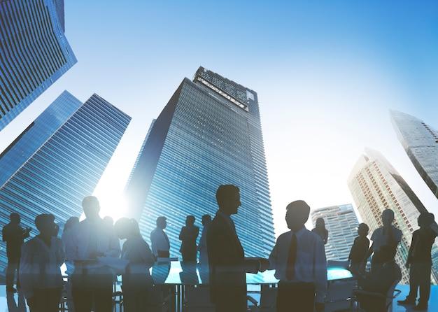 Executivos que encontram o conceito do cumprimento do aperto de mão da discussão Foto Premium