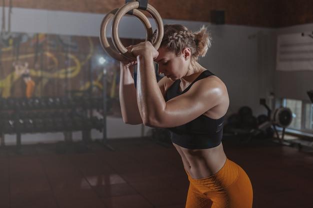 Exercício bonito da mulher do crossfit do ajuste Foto Premium