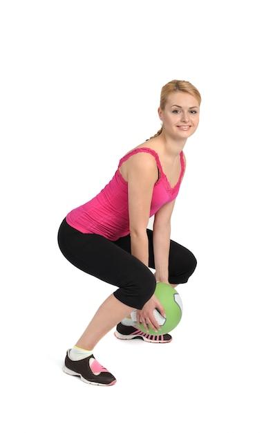 Exercício de bola de medicina jogando feminino Foto Premium