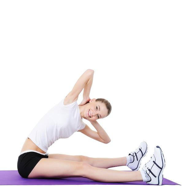 Exercícios aeróbicos para o corpo de mulheres jovens Foto gratuita