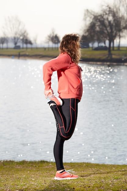 Exercícios de mulher no exterior Foto Premium