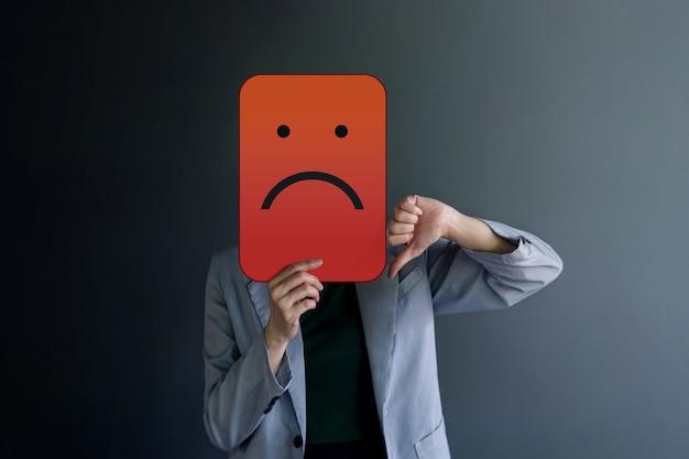 Experiência do cliente ou conceito emocional humano. mau sentimento cara com o polegar para baixo Foto Premium