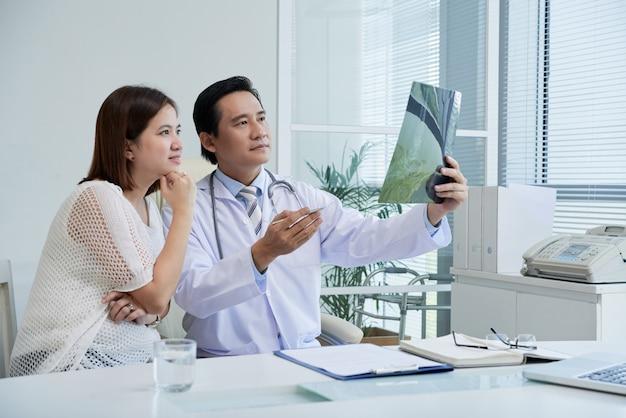 Explicando os resultados dos raios x ao paciente Foto gratuita