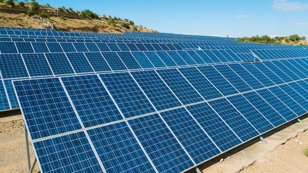 Exploração agrícola do painel solar vista de cima em uma paisagem rural. conceito de energias renováveis e ecológicas Foto Premium
