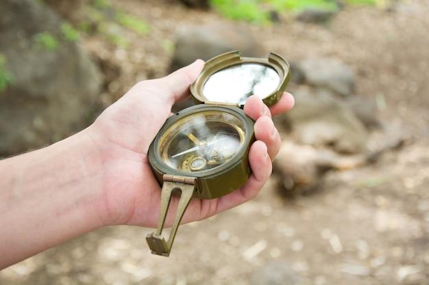 Explorando a floresta com uma bússola na mão Foto Premium