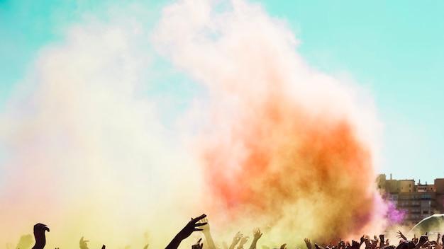 Explosão de cor holi sobre a multidão de pessoas Foto gratuita