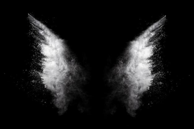 Explosão de pó branco em fundo preto Foto Premium