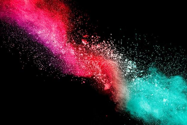 Explosão de pó colorido no escuro Foto Premium