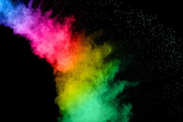 Explosão de pó cor abstrata em fundo preto Foto Premium
