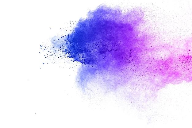 Explosão de poeira azul-roxa abstrata no fundo branco respingo de pó azul e rosa. Foto Premium