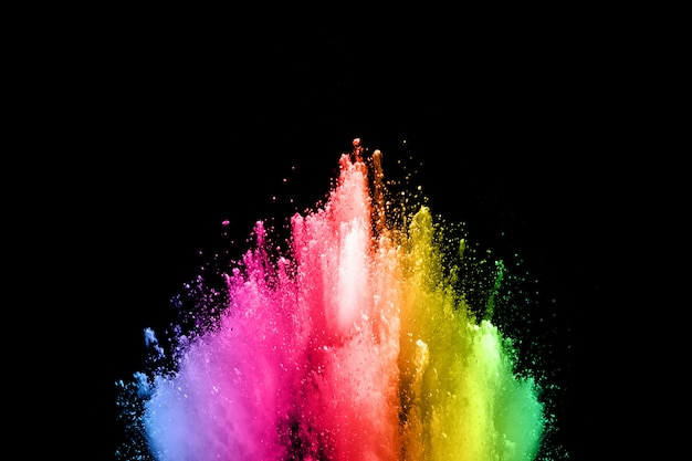 Explosão de poeira colorida abstrata em um fundo splatted pó preto de background.abstract. Foto Premium