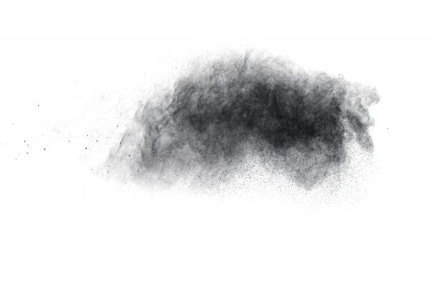 Explosão do pó preto no fundo branco. Foto Premium