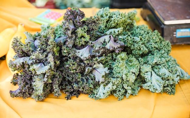 Exposição de vegetais couve orgânica no mercado de mercearia Foto gratuita