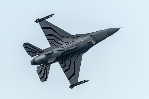 Exposição solo belga da aeronave f-16 Foto Premium