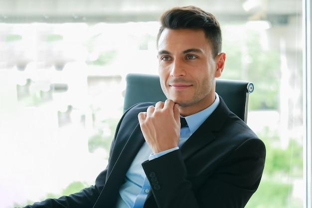 Expressão de pensamento bonito empresário na pausa relaxar o tempo no escritório Foto Premium