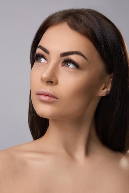 Extensões de cílios, cílios postiços, retrato de garota sexy com cílios longos e falsos e maquiagem perfeita, Foto Premium