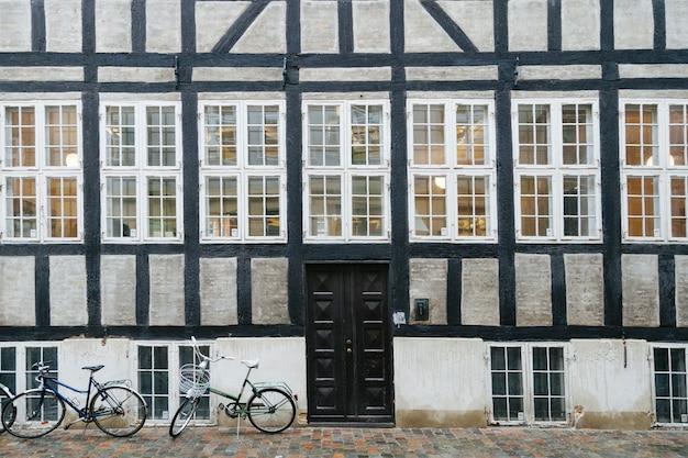 Exterior antigo da casa com calçada pavimentada Foto gratuita