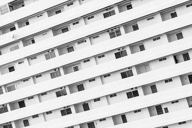 Exterior de construção com padrão de varanda de janela Foto gratuita