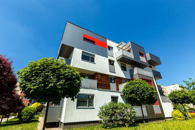 Exterior de um moderno edifício de apartamentos em um céu azul Foto Premium